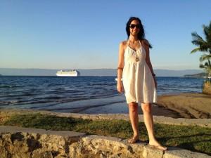 Lak, em um momento glamurosa. Ao fundo, um transatlantico e uma bela praia