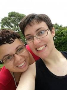 Daniela e a namorada Lethicia dão um sorriso bemmm grande!