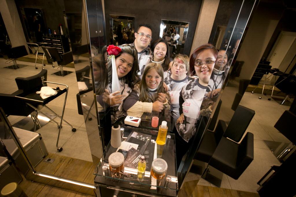 Grupo de pessoas com síndrome de down participa de oficina de cabeleireiro, em São Paulo  Cred. Fábio Braga-Folhapress