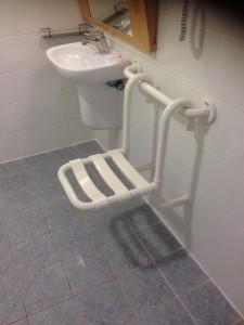 Banco de banho do lado de fora de box.. me digam, para quê?