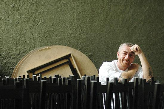 Chef  Atala posando para foto em um de seus restaurantes // Karime Xavier-Folhapress