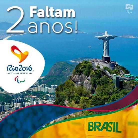 """Imagem com a inscrição """"Faltam dois anos"""", o símbolo dos jogos paraolímpicos, com o visual do cristo redendor"""