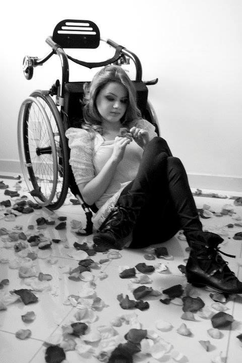 Maria perdeu os movimentos dos pés e tem mãos bem frágeis. Agora, na vida adulta, reencontra possibilidades de viver de maneira plena como mulher e como menina