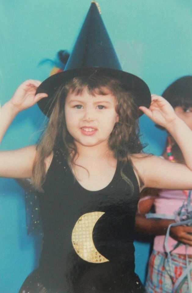 A infância de Maria Paula foi marcada por frustrações. Não podia participar das próprias festas. Na imagem, ela aparece com chapéu de bruxinha, ainda bem pequena