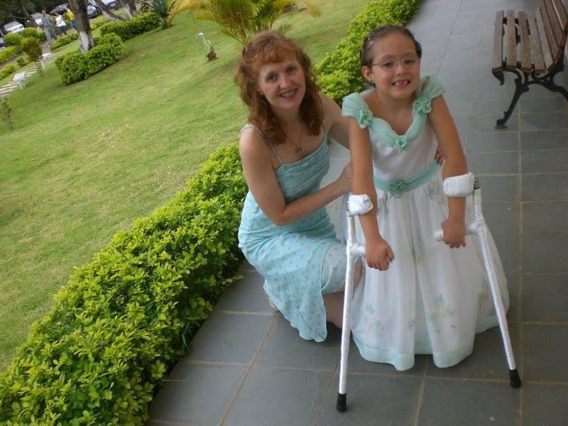 Com traje princesa, Julia posa ao lado da mãe, Rita, que teve de aprender parte do mundo médico para lidar com a filha