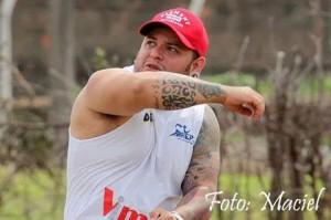 Ander exibe uma de suas tattoos, no antebraço direito