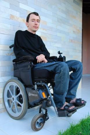 """Levi em sua cadeira """"elétrica"""", que não passa em porta giratórias de bancos"""