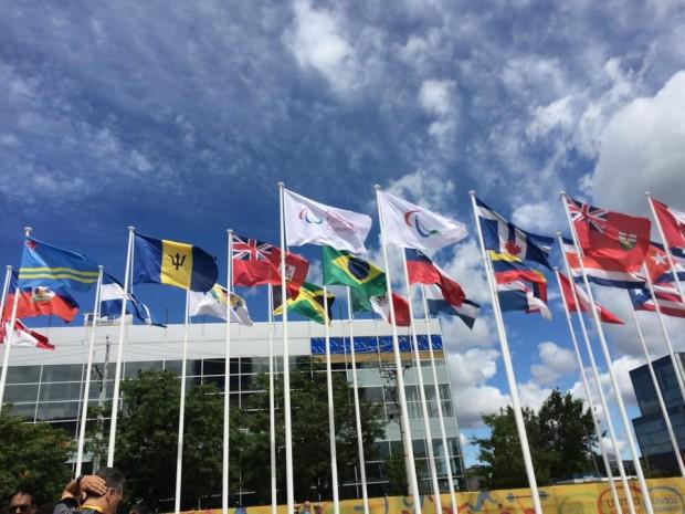 Bandeiras dos países participantes dos jogos, que começam no dia 7 de agosto, no detalhe, a do Brasil