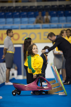 Por onde passa, a nadadora brasileira Esthefany de Oliveira, que foi ouro no revezamento, chamada a atenção com seu 'carrinho' de transporte. Ela tem encurtamento dos membros