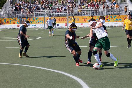 O futebol de cinco, jogado por pessoas com deficiência visual, surpreende os espectadores pelos dribles dos atletas. O Brasil é favorito ao ouro