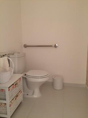 Barra de apoio em todos os banheiros