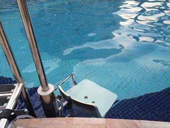 Elevador hidráulico na piscina externa