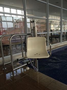 Elevador hidráulico da piscina interna, suporta até 120 quilos e funciona apenas com água