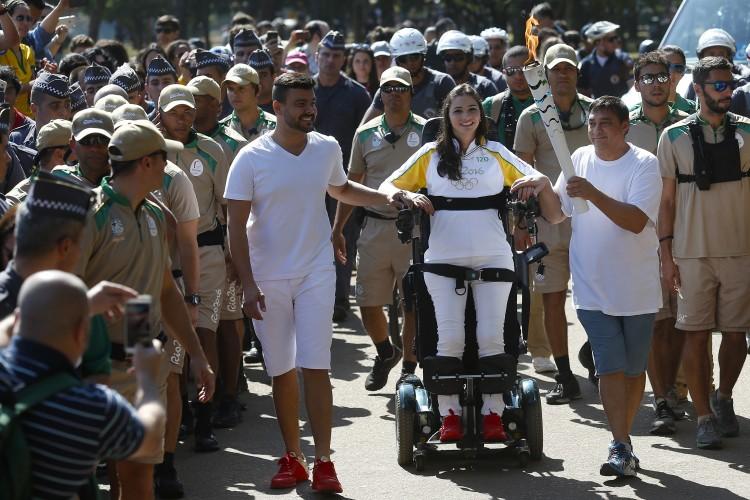 Cadeirante, ex-ginasta Lais Souza conduz tocha olímpica de pé