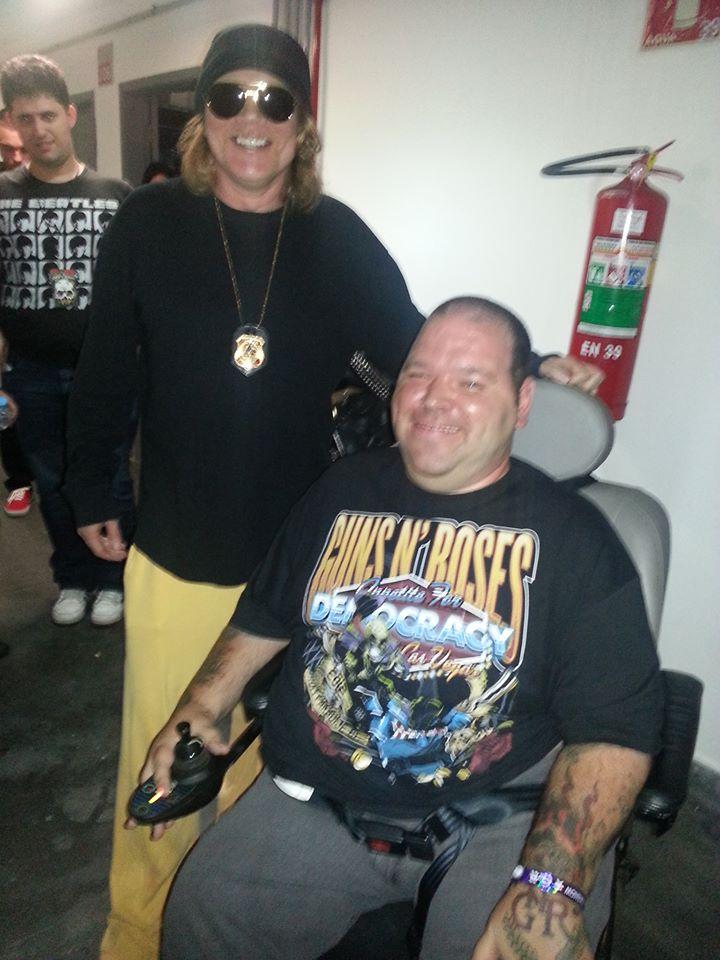 Na imagem, Rodolfo ao lado do ídolo, Axl Rose, líder da banda Guns n Rose