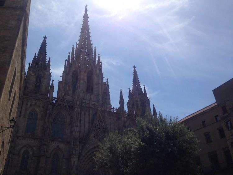 Igrejas, museus, bares e pontos de interesse também cuidam da acessibilidade, em Barcelona. Imagem da Catedral da cidade