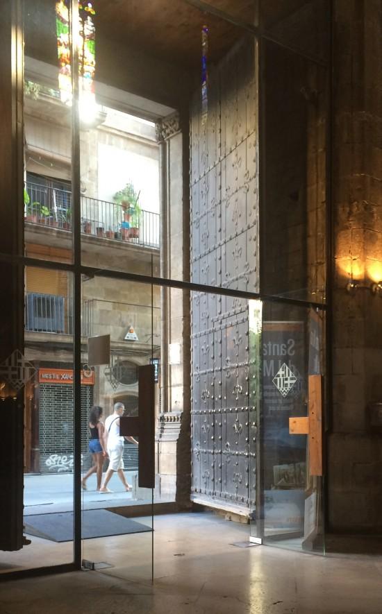 Entrada, com rampa, da igreja Santa Maria del Mar