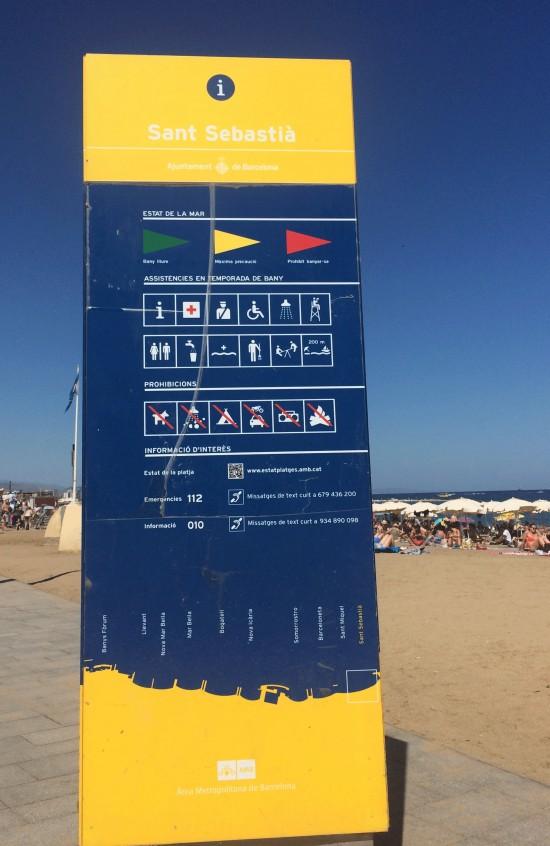 Totem indicando os serviços disponíveis na praia, entre eles, apoio a cadeirantes, surdos...
