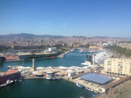 Vista do alto de um bondinho que percorre um trecho litorâneo de Barcelona