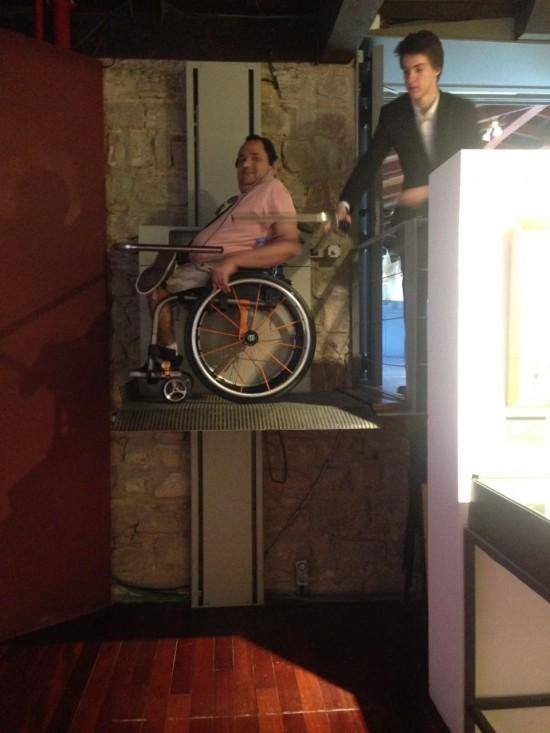 Elevador em um dos museus de Barcelona  dá a sensação de que se está flutuando .Passei um medinho, mas funciona bem!