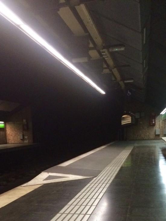 Nas estações do metrô, há uma elevação para que a plataforma fique no mesmo nível da cadeira de rodas. Há também piso tátil