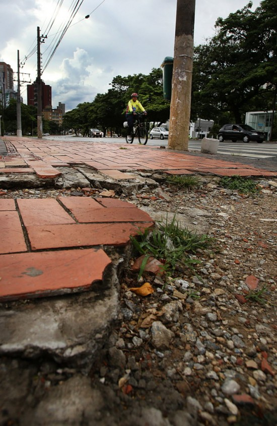 Trechocom calçada detonada na zona oeste de São Paulo Foto: Jorge Araújo/Folhapress