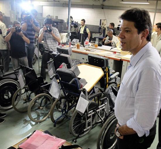 Prefeito Fernando Haddad, em 2012, visitando a AACD Foto: Jorge Araújo/Folhapress