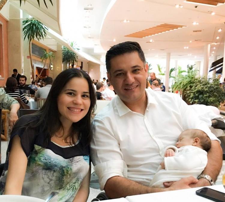 """Os pais Natália e Marcos exibem a cria com orgulho: """"somos a família de 12 rodas"""""""