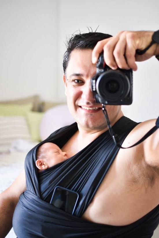 Marcos tira uma foto com Rafaela colada em seu peito, ainda recém-nascida
