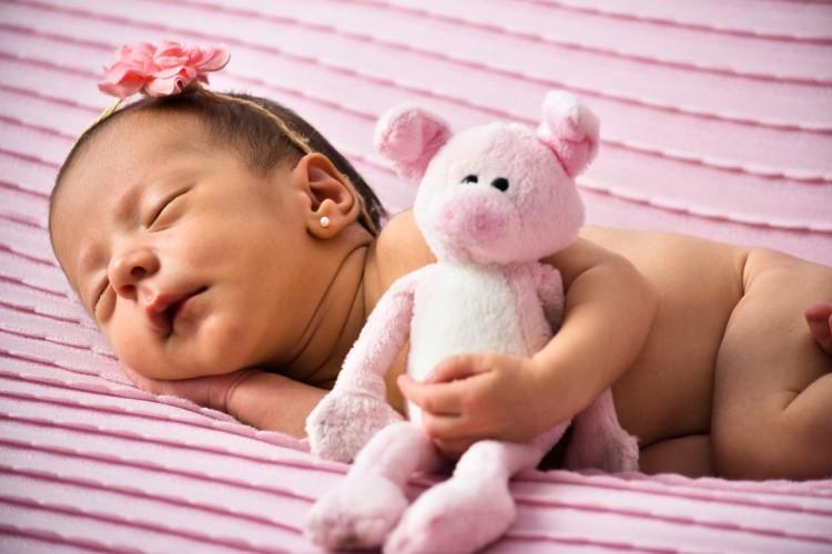 Rafaela dorme abraçada com bichinho de pelúcia, em ensaio fotográfico