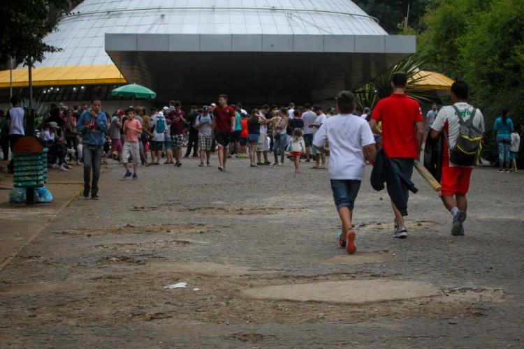 Pessoas passeiam pelo parque Ibirapuera