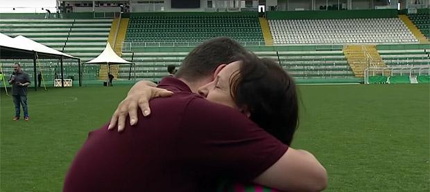 Mãe do goleiro Danilo, da Chapecoense, comove ao oferecer abraço a repórter em entrevista