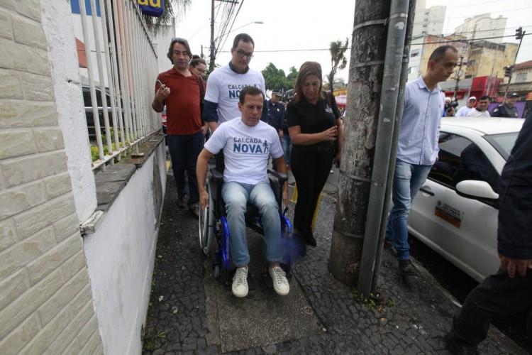 Em uma cadeira de rodas, prefeito João Doria testa calçadas na zona norte de SP