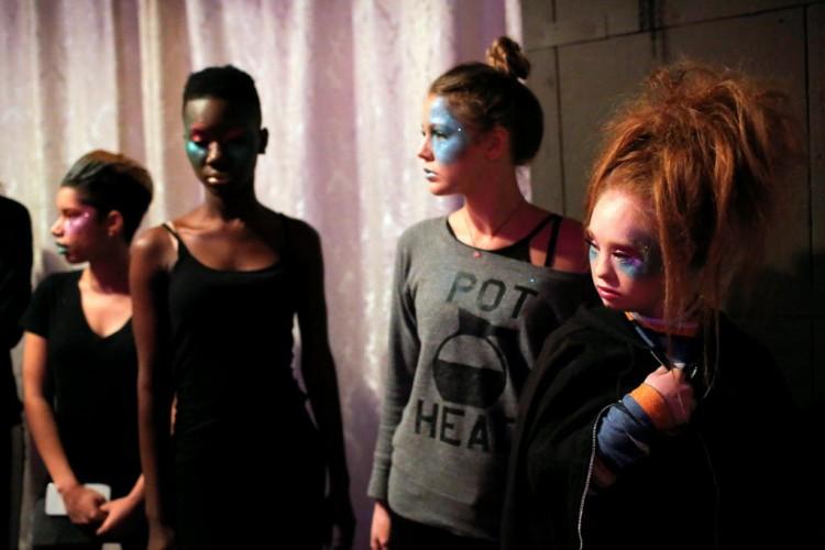 Modelos com roupas da coleção de Madeline Stuart aguardam para entrar na passarela