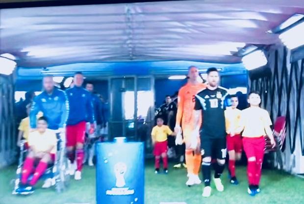 Menino cadeirante entra em campo acompanhando o time da Croácia, que fez 3 a 0 na Argentina Foto: Reprodução de TV
